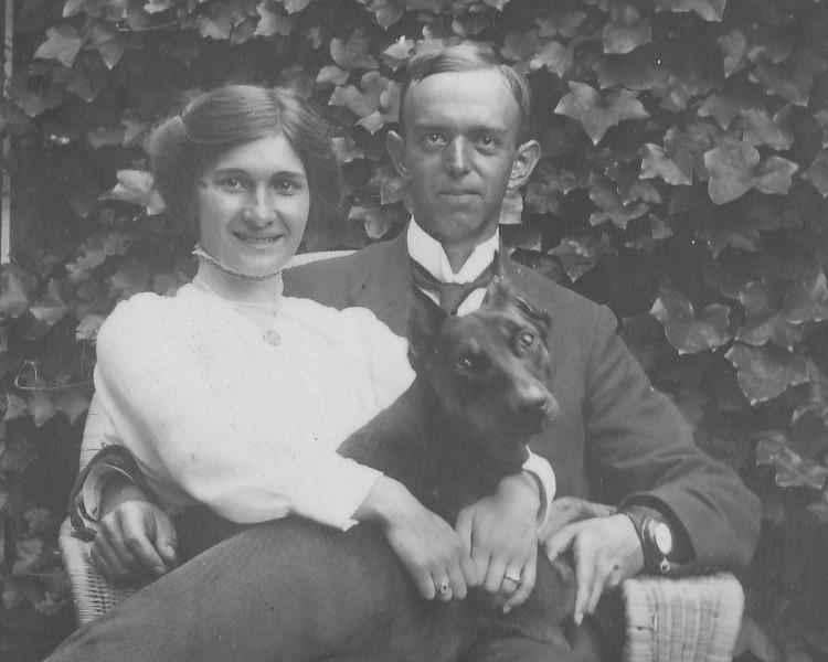 Flore de Calonne en Han (Pareau) Dumont met hun hond, circa 1918, lokatie onbekend