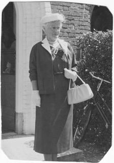 Gine Groeneveld, weduwe van Albert Brunsveld Keiser in 1957 op de trouwdag van haar jongste dochter