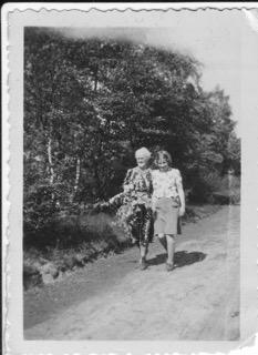 Tienke met haar moeder Gine Groeneveld op vakantie in Leersum, 1939