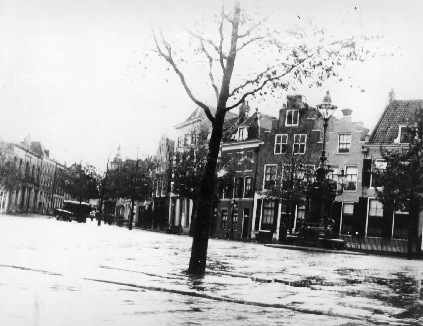 Rechts van de boom, met trapgevel de winkel van de firma CH Dumont van 1895 tot de sloop in 1818 voor het Hoofdpostkantoor Utrecht. Foto Joh. Moesman, 1903