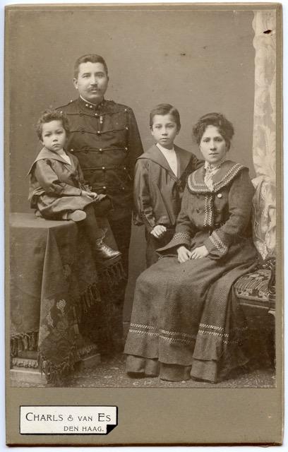 gezin von Raesveld Meyer en Jeanne Pauline de Calonne met 2 kleine kinderen