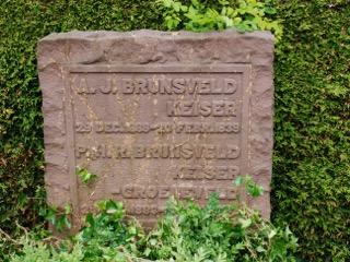 Foto 2 graf Albertus Jacobus Brunsveld Keiser en zijn vrouw Gine HR Groeneveld in Voorburg