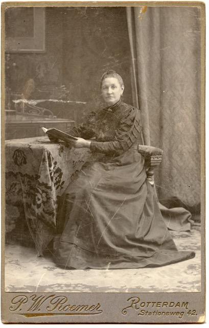 Mevrouw Schravesande - Wachter, de moeder van Johannes Schravesande (1878). Uit album van Puck Drognat Doeve