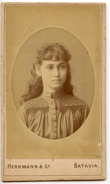 Een onbekend meisje/jonge vrouw uit het album van Puck Drognat Doeve