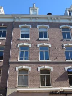PC Hooftstraat 59. Hier woont Alexander Martinus Pareau met zijn vrouw Louisa Helene Schmidt van 1880 tot 1893. Foto gevel boven de winkel, augustus 2016