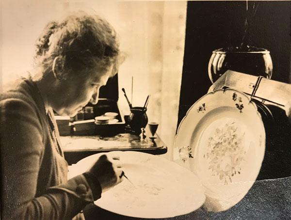 'Angelique Dumont schilderes', ze beschildert een sierbord, 3 mei 1932
