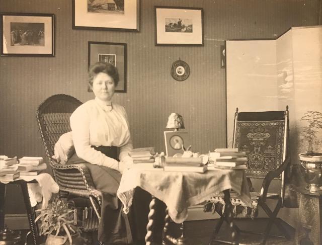 Angelique Dumont in haar zitkamer, rond 1900