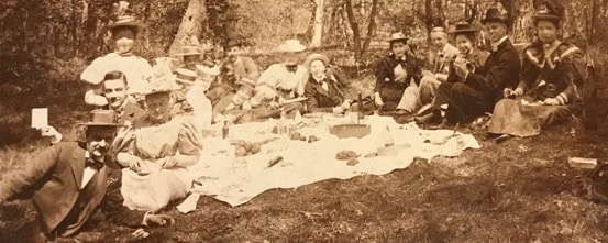 Picknick van Leidse studenten en hun vriendinnen, waaronder Angelique Dumont en een Offerhaus, circa 1893 Reijgersbosch, omgeving Lisse