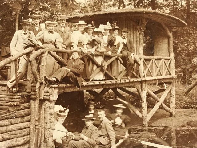 De 8 Leidse studenten en hun vriendinnen poseren op een brug en in een bootje, uitje in circa 1893, Reijgersbosch bij Lisse