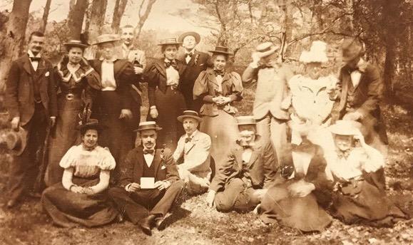 Poseren na de picknick. Leidse studenten en hun vriendinnen, circa 1893, Reijgersbosch bij Lisse.