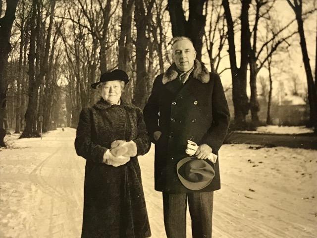 Angelique Dumont en Wim Badon Ghijben wandeling in de sneeuw. Rond 1930. Huis ter Heide?